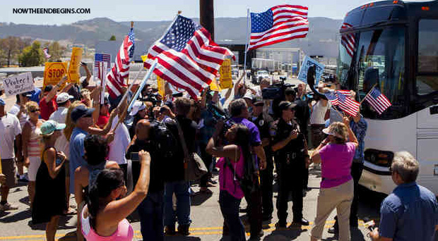 american-illegal-immigrant-protesters-in-texas-turn-back-homeland-security-buses